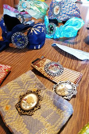 cerchietti e stoffe decorate coi fiori