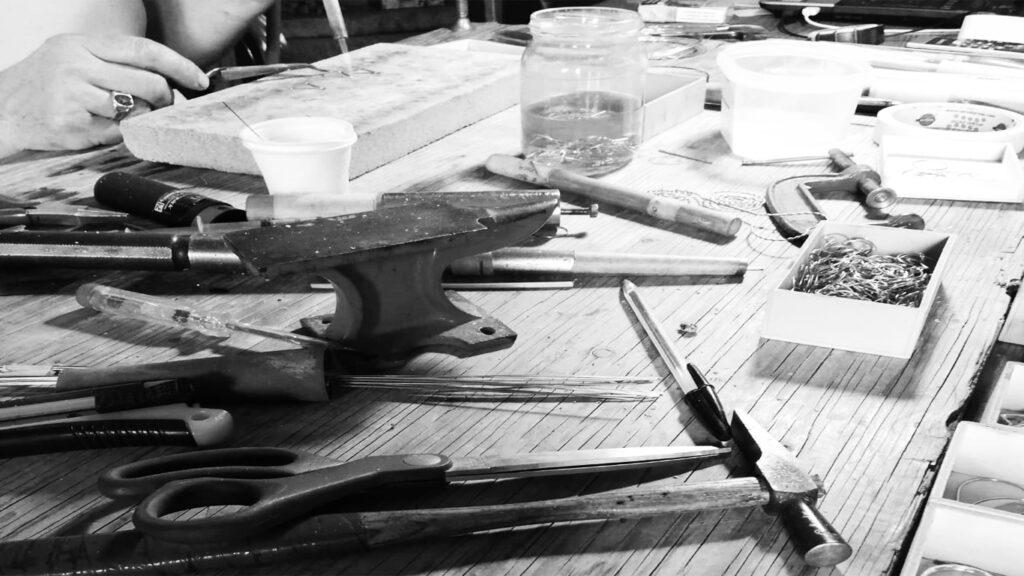 il tavolo da lavoro nel laboratorio aurin